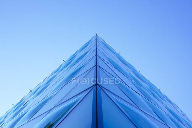 Vista dal basso dell'angolo del vetro moderno grattacielo e cielo blu — Foto stock
