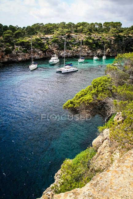 Морський пейзаж з скелястому узбережжі і Вітрильники — стокове фото