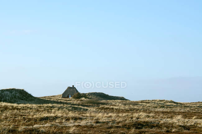 Hut on mountain plateau - foto de stock