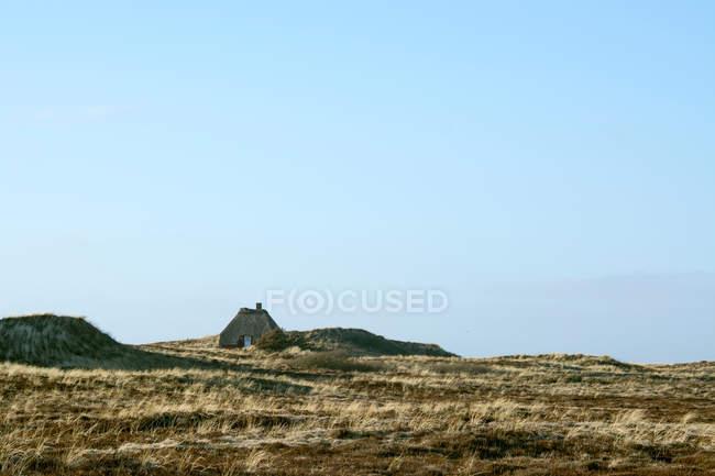 Hut on mountain plateau — стоковое фото