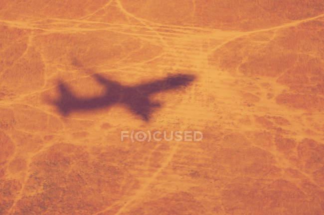 Самолет тень на пустынные земли — стоковое фото
