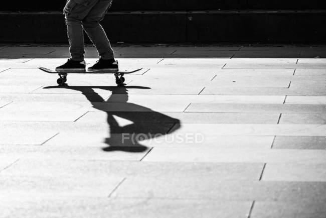 Bild der Skater fahren Skateboard beschnitten — Stockfoto