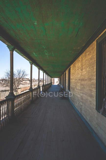Tagsüber Blick auf lange Einfamilienhaus Terrasse mit Holzstühlen — Stockfoto
