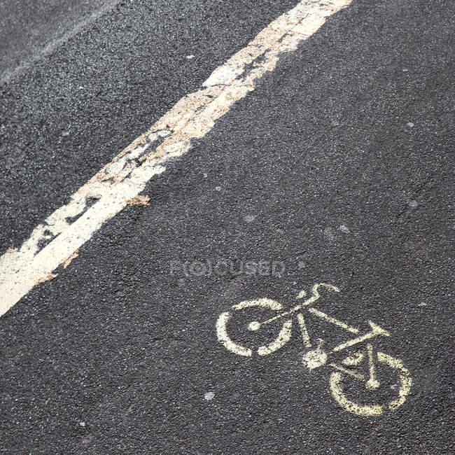 Signe de cycle sur route urbaine — Photo de stock