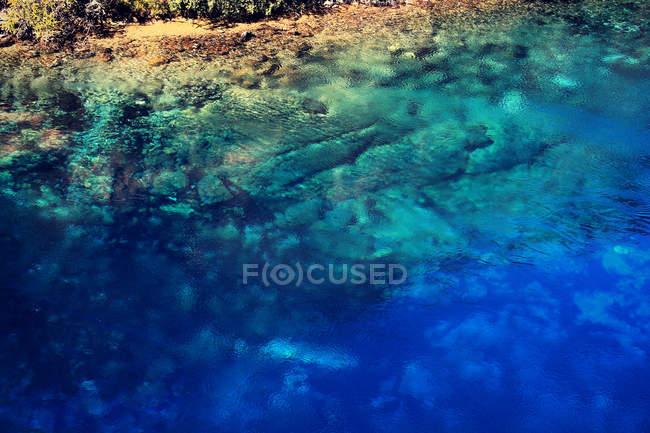 Скелястому узбережжі і tirquoise води — стокове фото