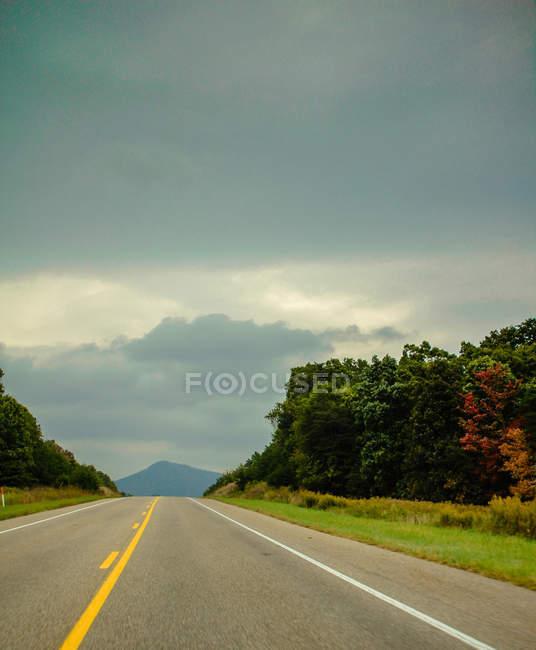 Шоссе прямо асфальтированная дорога в горы — стоковое фото
