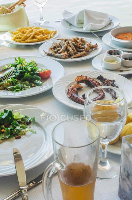 Морепродукты с салатами и картофель на пластины — стоковое фото