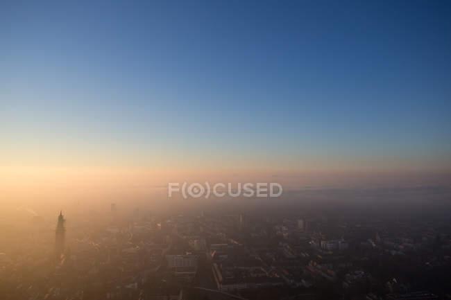 Dämmerung und Sonnenuntergang, Stadt und Himmel — Stockfoto