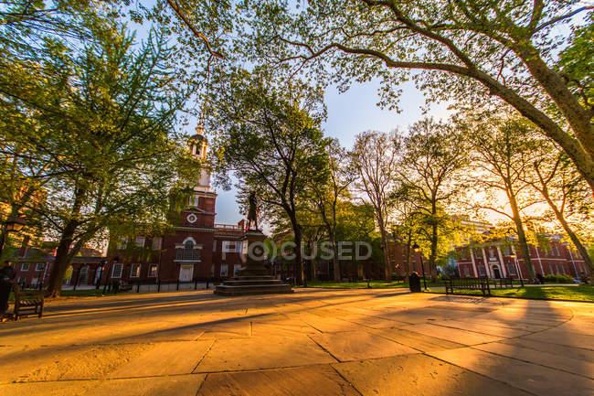 Edificio di memorial park e indipendenza di estate — Foto stock