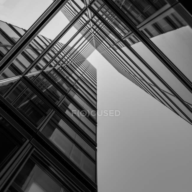 Altura de fachadas de vista inferior de la arquitectura moderna - foto de stock