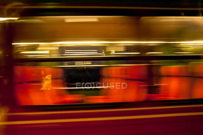 Красный поезд вагон в размытие движения — стоковое фото