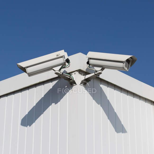 Крупним планом денного зору два білих камер на будівництві кут — стокове фото