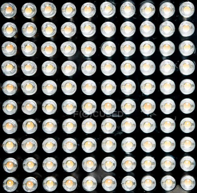 Juego de bombillas brillantes sobre fondo oscuro - foto de stock