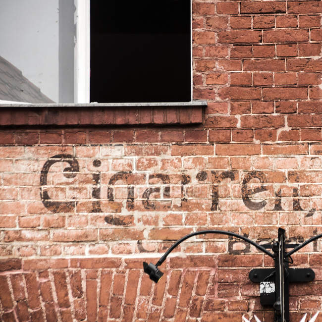 Ziegel Wand Textur mit Wort Zigarette — Stockfoto