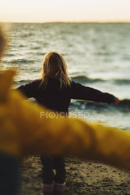 Vista posteriore di due bambino in piedi sulla spiaggia — Foto stock