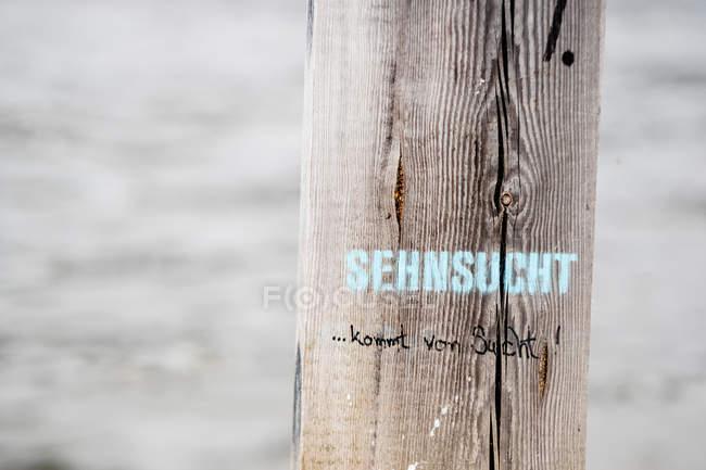Nahaufnahme des Zeichens auf Holzbrett — Stockfoto