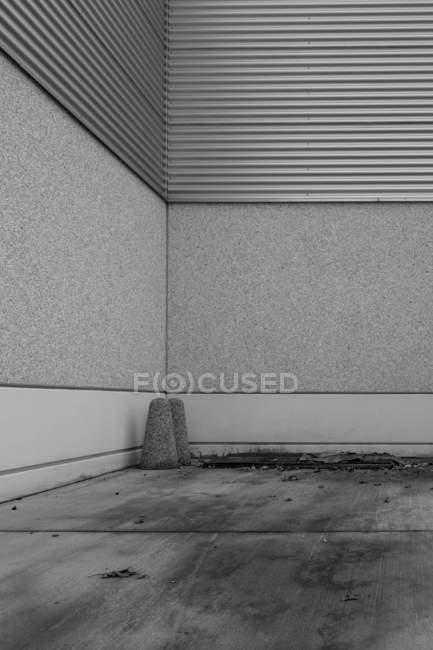 Colpo esterno dell'edificio pareti grigio — Foto stock
