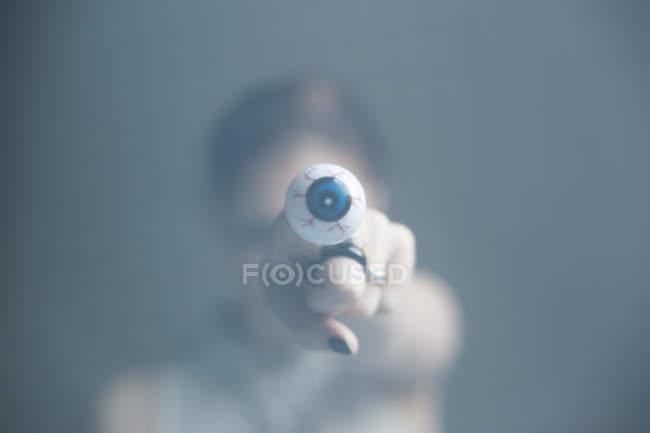 Женщина показываю пальцем с глаз кольцо на камеру — стоковое фото