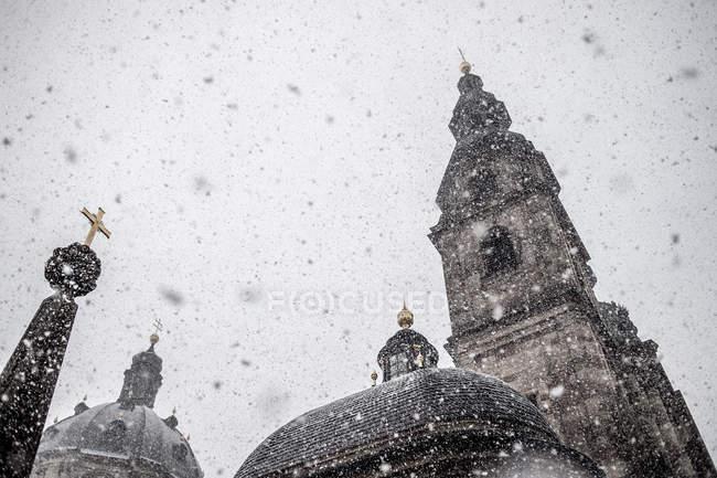 Живописный вид на крыши церкви под снег — стоковое фото