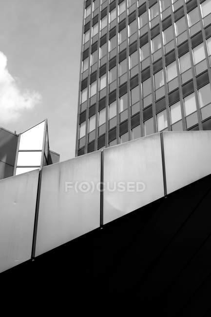 Architecture construction de façade avec fenêtres, édifice de la Banque, noir et blanc — Photo de stock