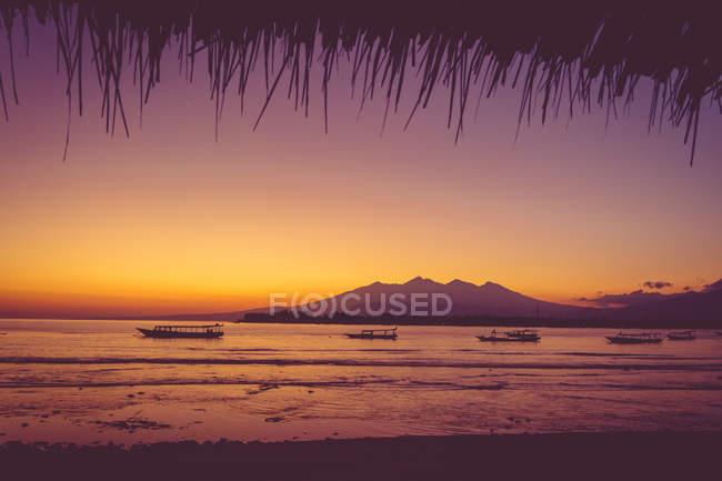 Берег моря краєвид у заході сонця світлі — стокове фото