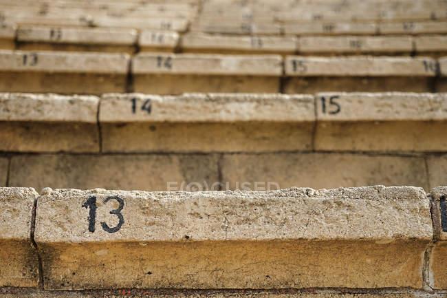 Обрезанный вид лестницы с числами — стоковое фото
