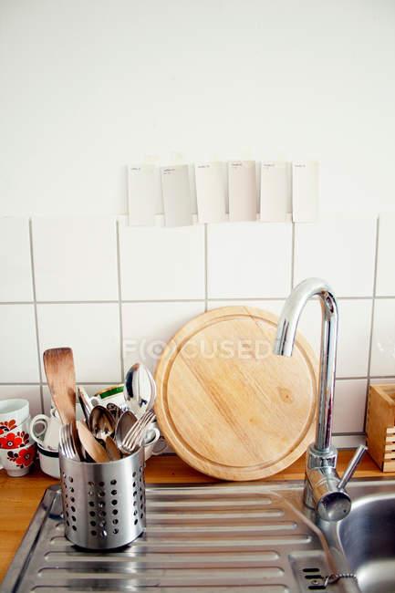 Vista di utensili da cucina il lavello della cucina — Foto stock