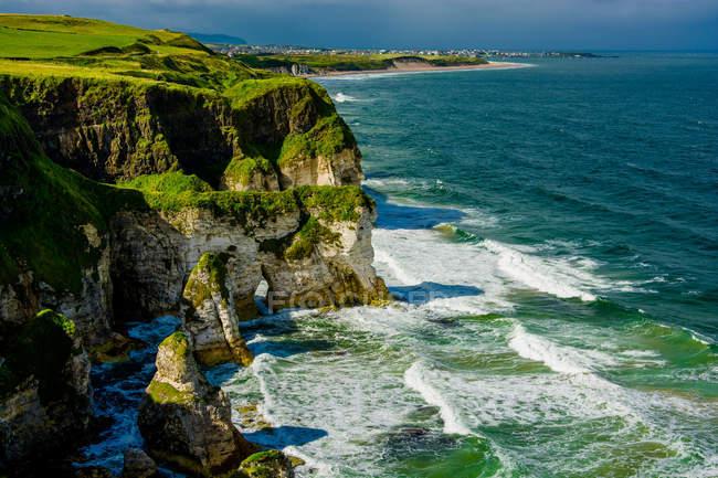 Морський пейзаж з скелястий берег — стокове фото