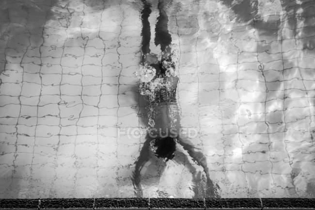 Rückansicht des Menschen schwimmen unter Wasser — Stockfoto