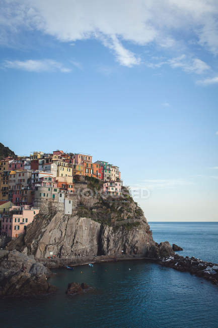 Scenic Cinque Terre coastal town view by the sea, Italy — Stock Photo