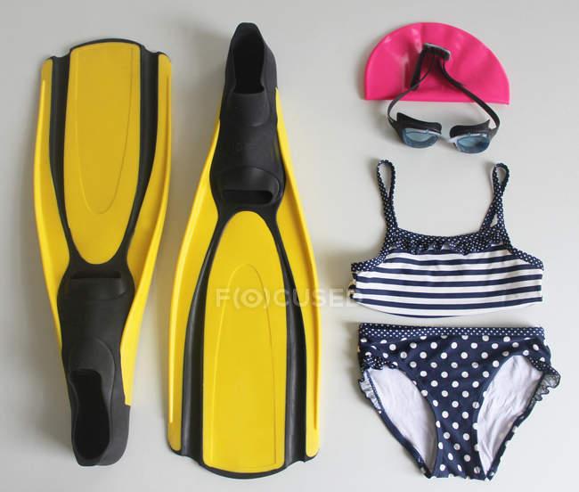 Stillleben mit Urlaub Kleidung und Accessoires auf Tisch — Stockfoto