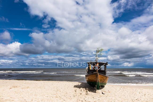Fishining катер на піщаному пляжі — стокове фото