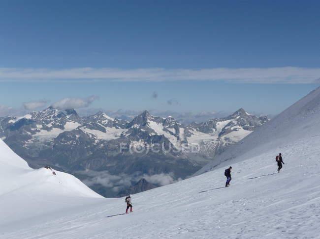 Personnes actives dans les montagnes enneigées — Photo de stock