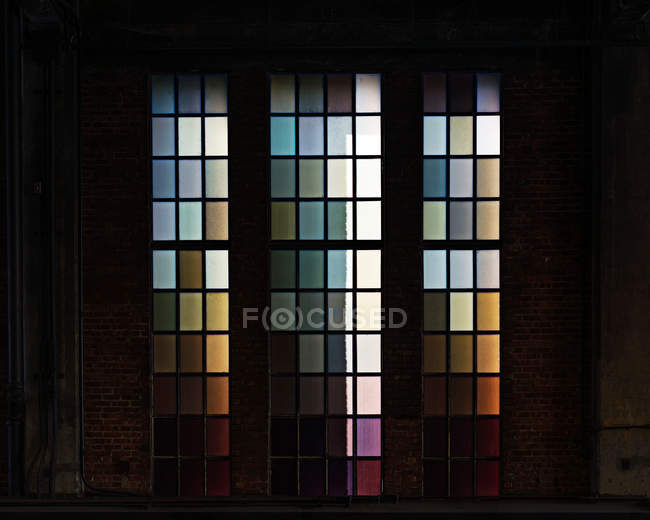 Cristal de la ventana de vidrio multicolor - foto de stock