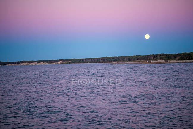 Повного місяця над берег моря — стокове фото