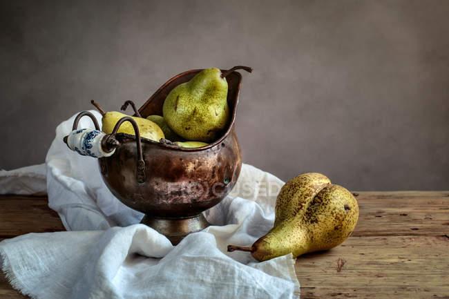 Stillleben mit Birnen in dekorative vase — Stockfoto