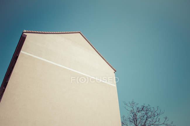 Colpo esterno dell'edificio facciata parete e cielo blu bianco — Foto stock