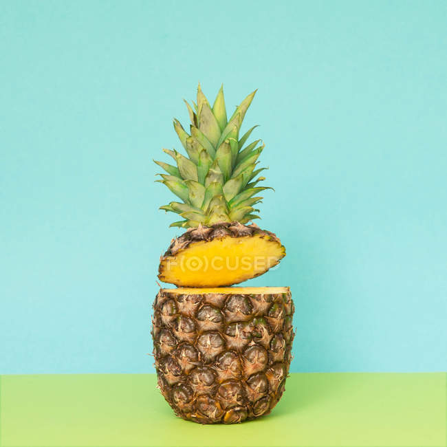Cortar o abacaxi no azul — Fotografia de Stock