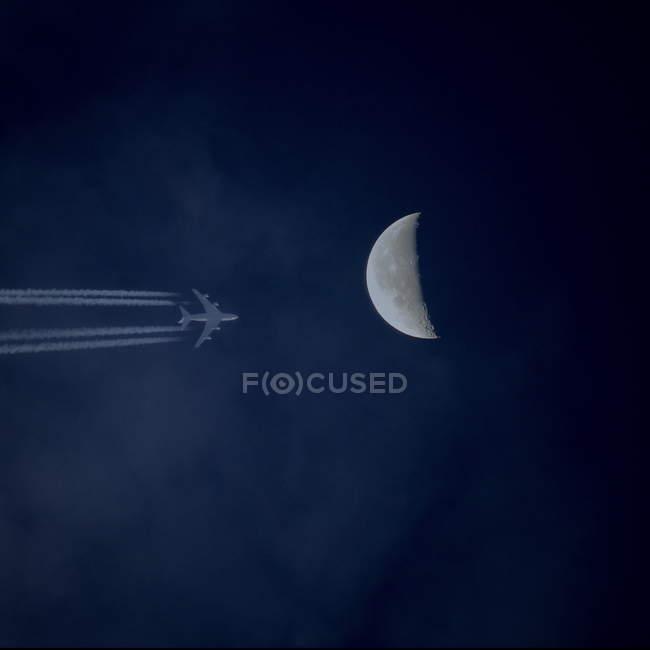 Flugzeug und Vollmond-Ansicht — Stockfoto