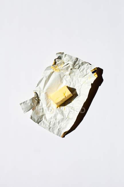 Один жёлтый конфеты в чехле — стоковое фото