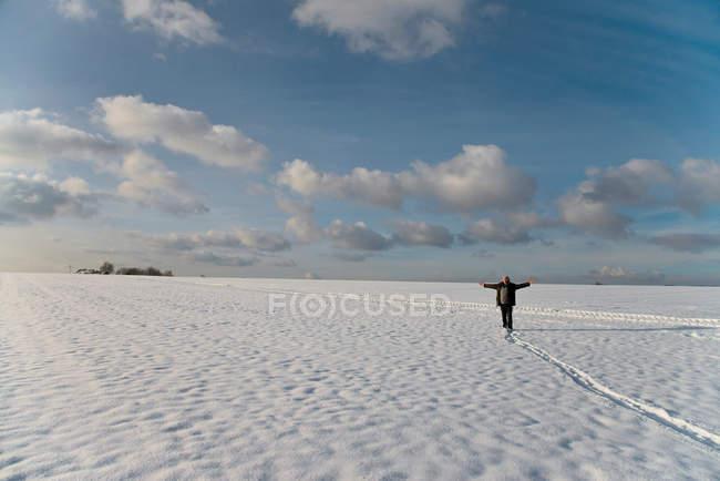 Людина прогулянки на свіжому повітрі на snowy сфера — стокове фото