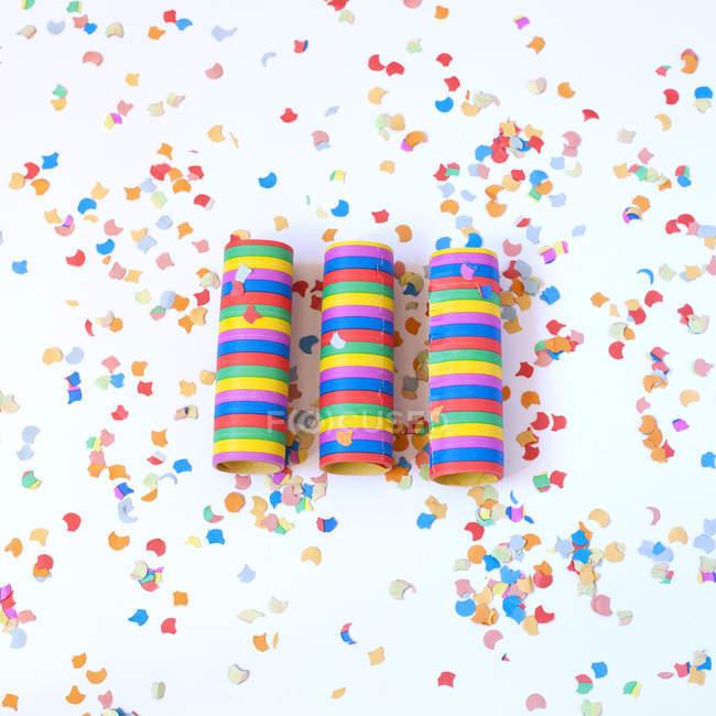 Confetti papel multicolor y confeti de espiral sobre la superficie blanca - foto de stock