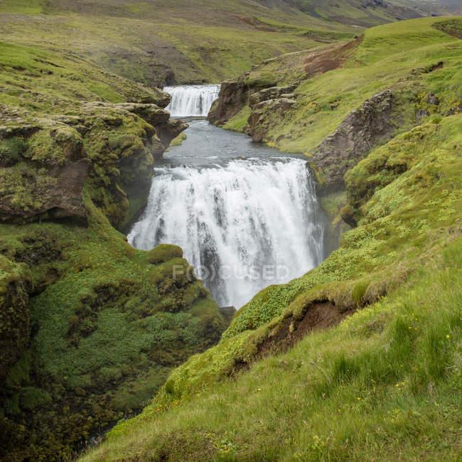 Cascade naturelle belle montagne — Photo de stock