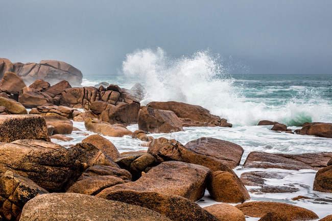 Скелястому узбережжі з розсікає хвилі — стокове фото