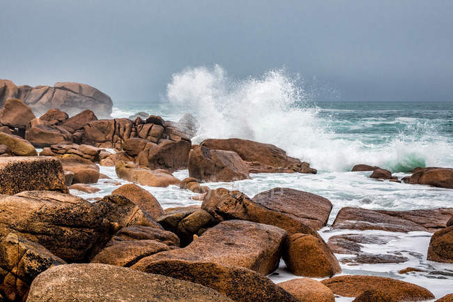 Rocky coastline with breaking waves — Stock Photo
