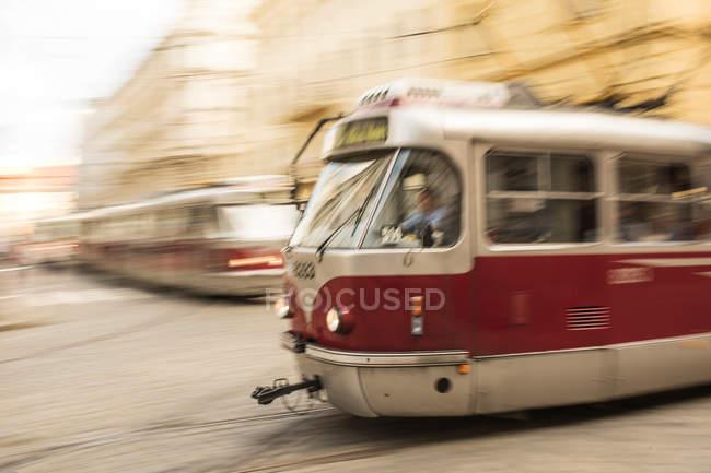 Stadtstraße mit Straßenbahnen in Motion blur — Stockfoto