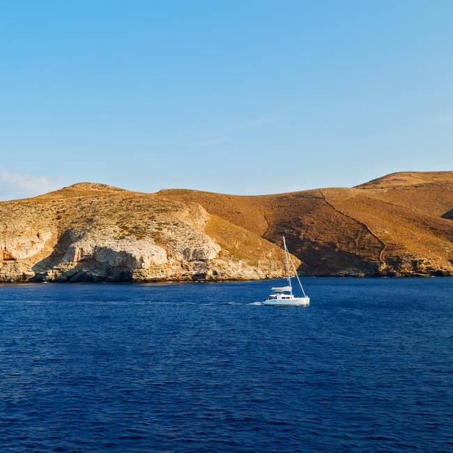 Морський пейзаж з яхт і гірські породи — стокове фото