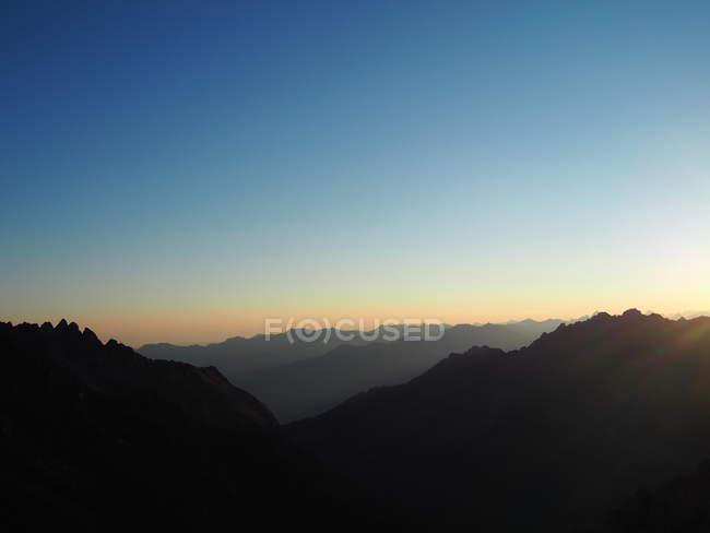 Paisaje de montañas en la noche - foto de stock