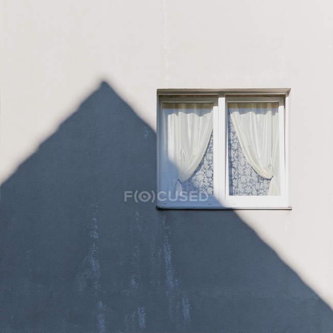 Повного кадру зображення стіни з вікном і тінь — стокове фото