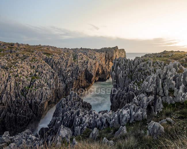Rocky берегової лінії на заході сонця — стокове фото